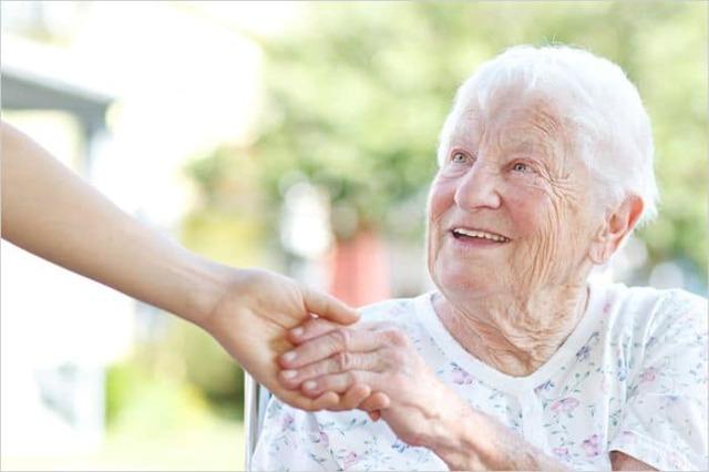 Пособие по уходу за инвалидом: условия получения, оформление