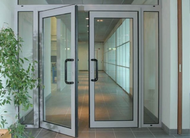 Куда должна открываться входная дверь в квартиру