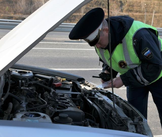 Инспектор ДПС требует открыть капот: в чем подвох и как реагировать