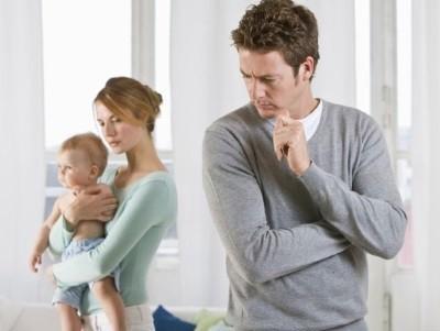 Возможно ли выписать ребенку у отца и прописать к матери