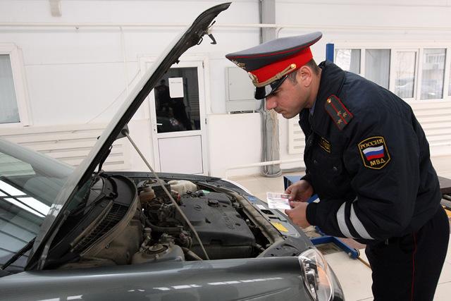 Инспектор ДПС требует открыть капот: в чем подвох, и что делать