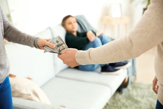 Как подать на алименты на мать: основания для удержания выплат