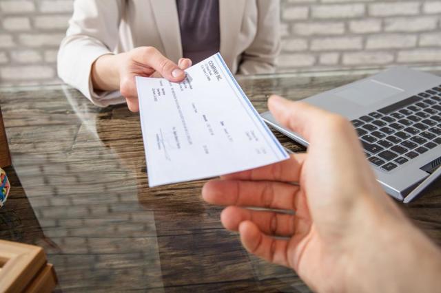 Имеет ли банк право звонить родственникам должника