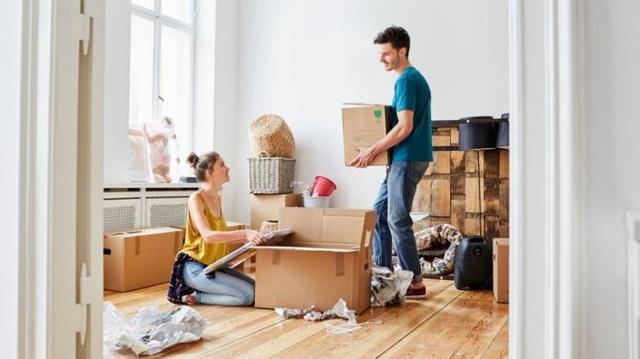 Каков порядок выписки человека из квартиры, если он живет в другом городе