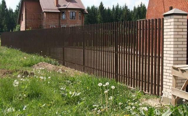Какой высоты должен быть забор в частном доме между соседями по закону