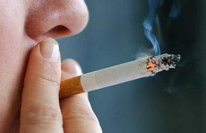 Сосед курит в подъезде - что делать