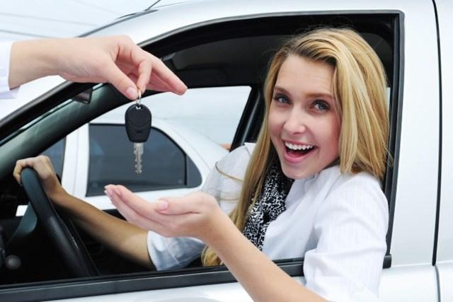 Со скольки лет можно сдавать на права и водить машину