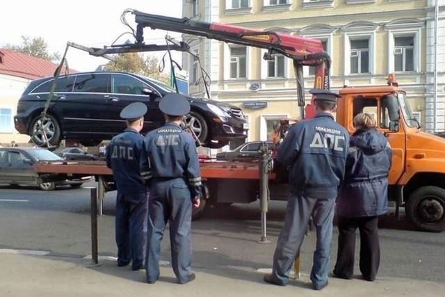 Эвакуировали машину в СПб: куда звонить и что делать